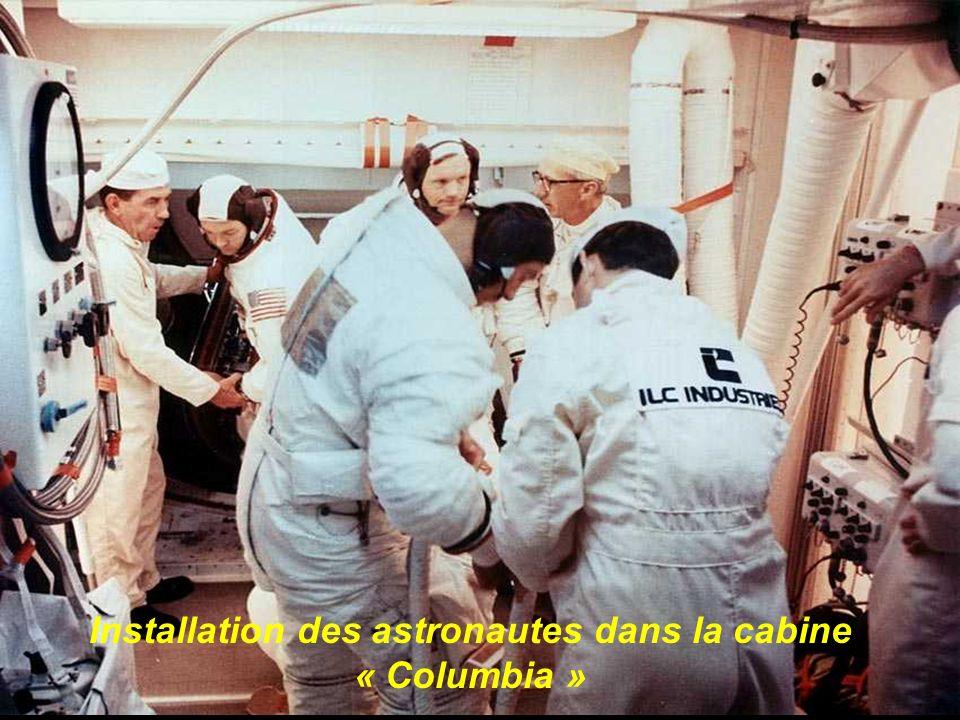 Installation des astronautes dans la cabine « Columbia »