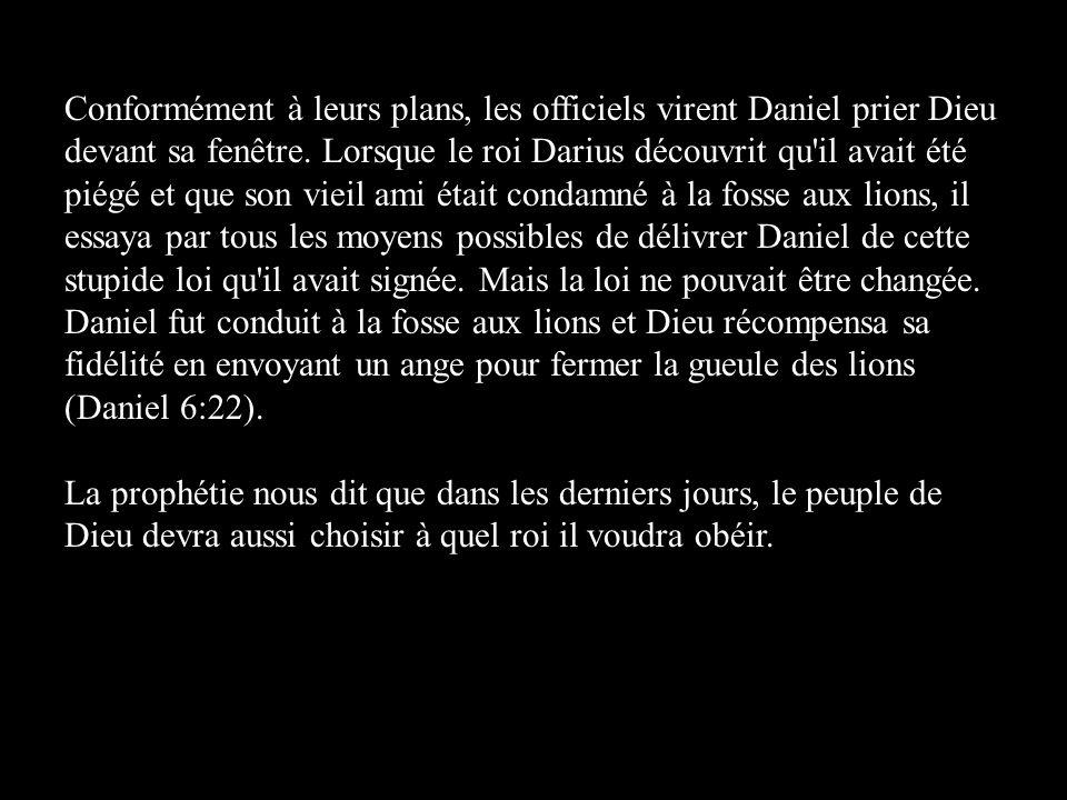 Conformément à leurs plans, les officiels virent Daniel prier Dieu devant sa fenêtre. Lorsque le roi Darius découvrit qu il avait été piégé et que son vieil ami était condamné à la fosse aux lions, il essaya par tous les moyens possibles de délivrer Daniel de cette stupide loi qu il avait signée. Mais la loi ne pouvait être changée. Daniel fut conduit à la fosse aux lions et Dieu récompensa sa fidélité en envoyant un ange pour fermer la gueule des lions (Daniel 6:22).