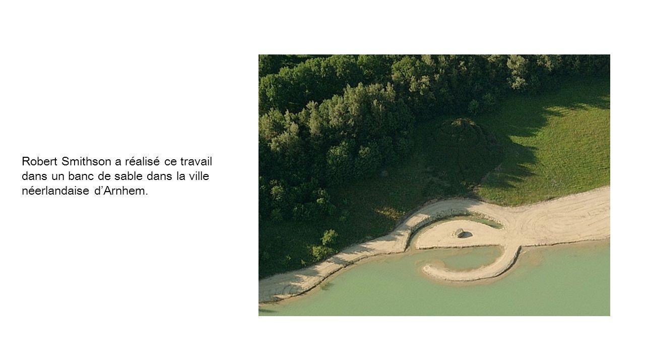 Robert Smithson a réalisé ce travail dans un banc de sable dans la ville néerlandaise d'Arnhem.