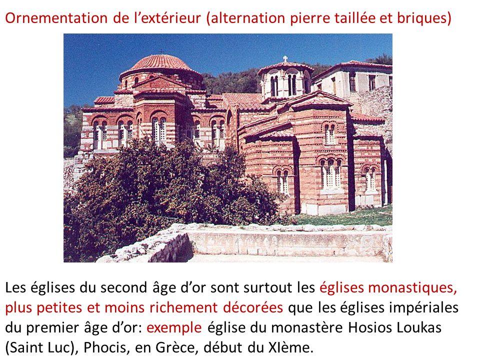 Ornementation de l'extérieur (alternation pierre taillée et briques)