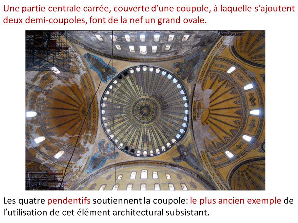 Une partie centrale carrée, couverte d'une coupole, à laquelle s'ajoutent deux demi-coupoles, font de la nef un grand ovale.