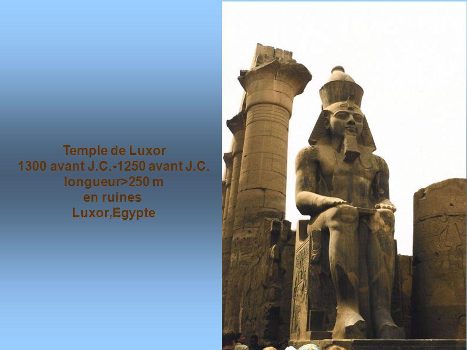 Temple de Luxor 1300 avant J.C.-1250 avant J.C. longueur>250 m en ruines Luxor,Egypte