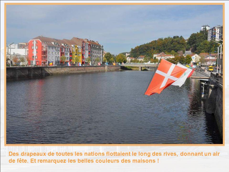Des drapeaux de toutes les nations flottaient le long des rives, donnant un air de fête.