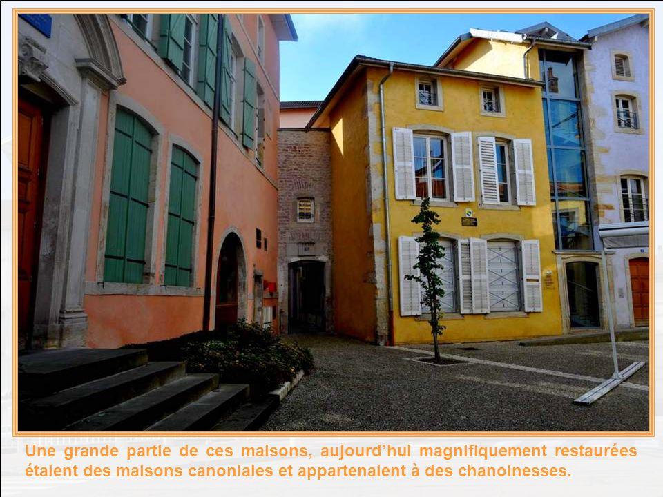 Une grande partie de ces maisons, aujourd'hui magnifiquement restaurées étaient des maisons canoniales et appartenaient à des chanoinesses.