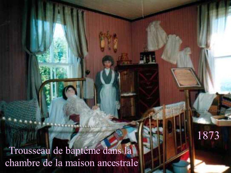 1873 Trousseau de baptême dans la chambre de la maison ancestrale