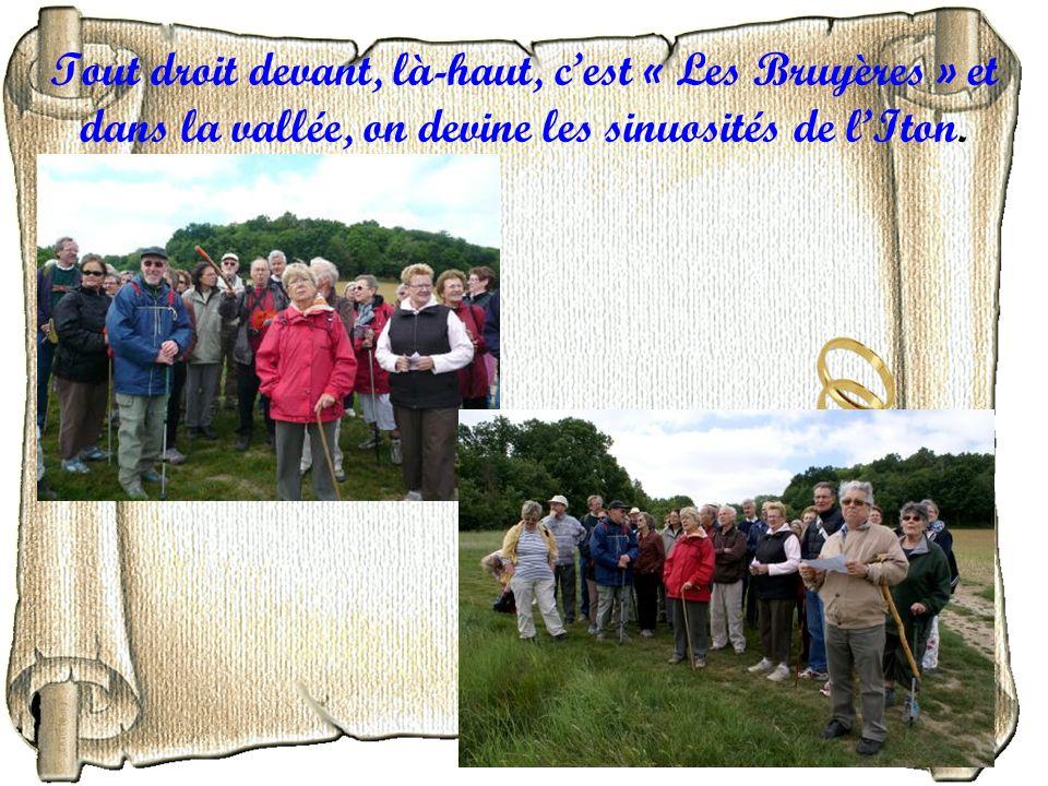 Tout droit devant, là-haut, c'est « Les Bruyères » et dans la vallée, on devine les sinuosités de l'Iton.