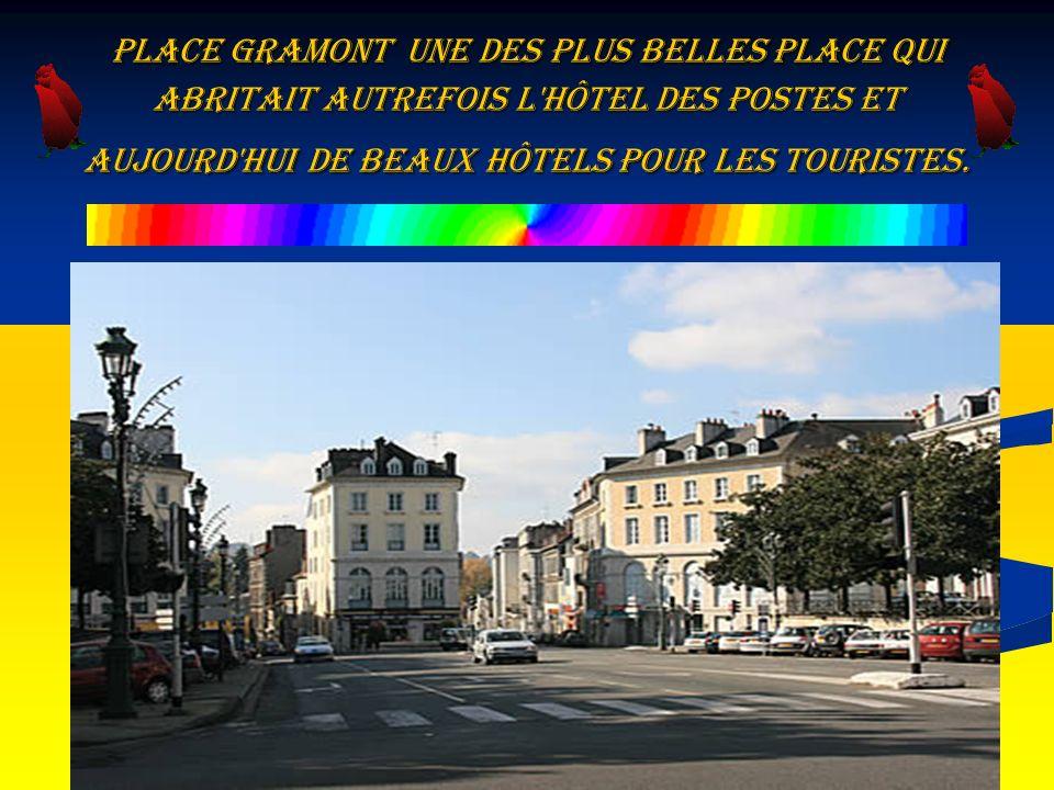Place Gramont une des plus belles place qui abritait autrefois l hôtel des Postes et aujourd hui de beaux hôtels pour les touristes.