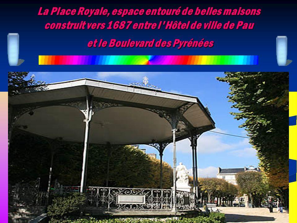 La Place Royale, espace entouré de belles maisons construit vers 1687 entre l Hôtel de ville de Pau et le Boulevard des Pyrénées