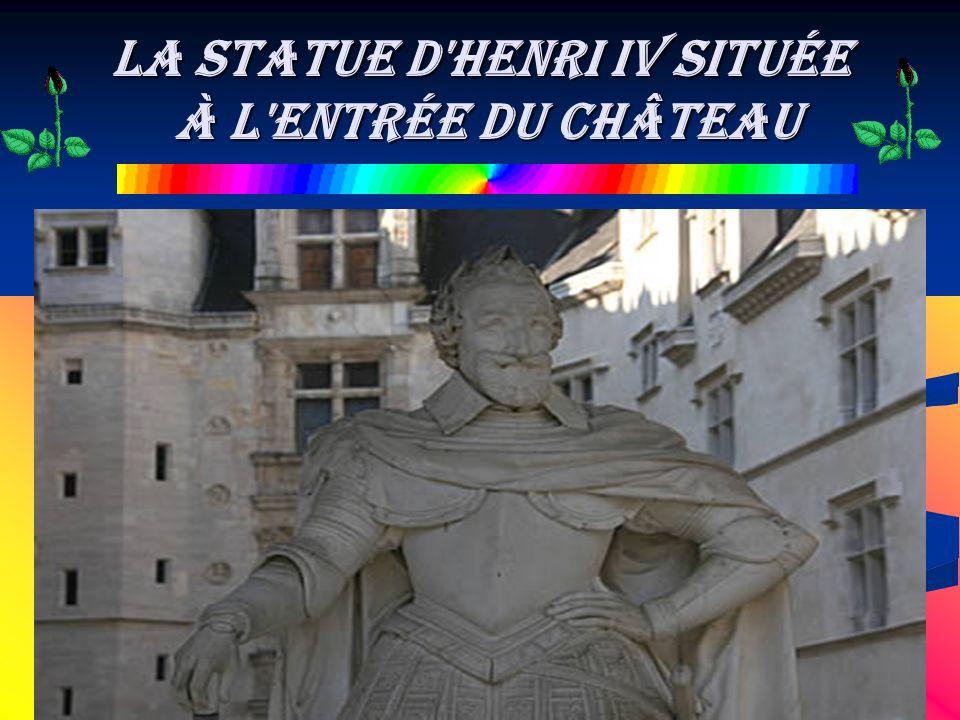 la Statue d Henri IV située à l entrée du château