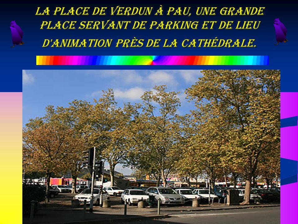 La place de Verdun à Pau, une grande place servant de Parking et de lieu d animation près de la Cathédrale.