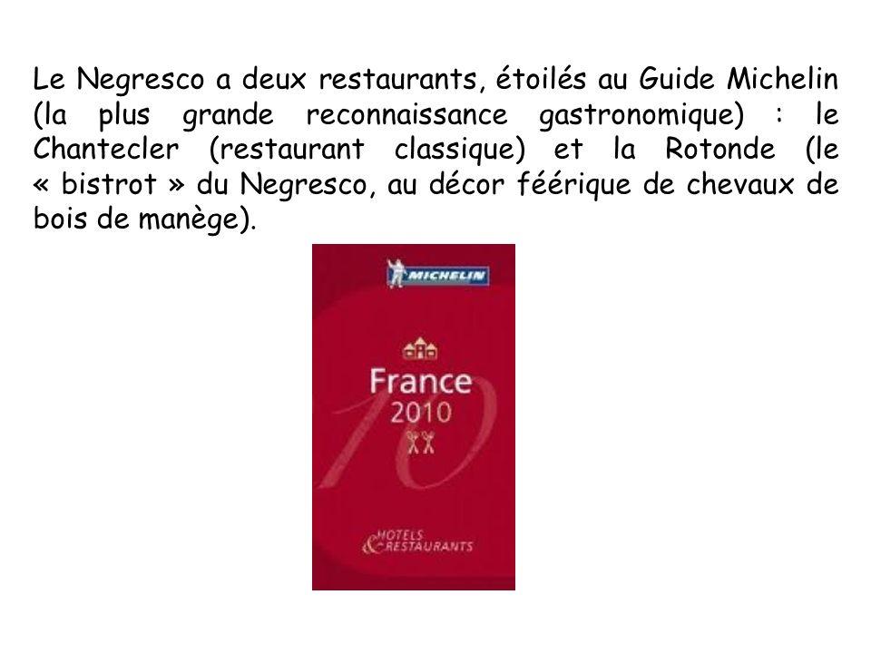 Le Negresco a deux restaurants, étoilés au Guide Michelin (la plus grande reconnaissance gastronomique) : le Chantecler (restaurant classique) et la Rotonde (le « bistrot » du Negresco, au décor féérique de chevaux de bois de manège).
