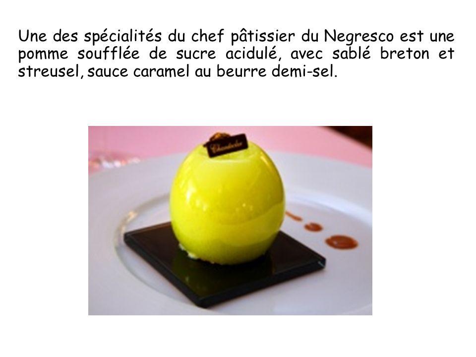 Une des spécialités du chef pâtissier du Negresco est une pomme soufflée de sucre acidulé, avec sablé breton et streusel, sauce caramel au beurre demi-sel.