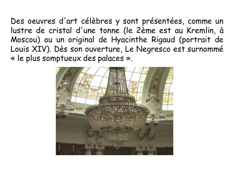 Des oeuvres d art célèbres y sont présentées, comme un lustre de cristal d une tonne (le 2ème est au Kremlin, à Moscou) ou un original de Hyacinthe Rigaud (portrait de Louis XIV).