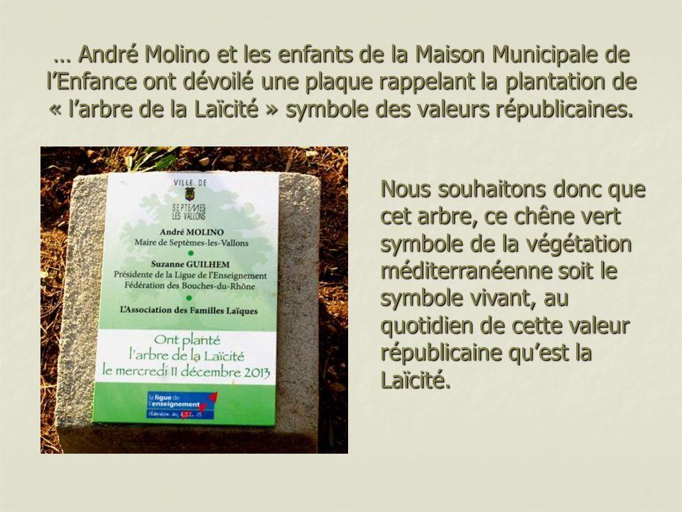 … André Molino et les enfants de la Maison Municipale de l'Enfance ont dévoilé une plaque rappelant la plantation de « l'arbre de la Laïcité » symbole des valeurs républicaines.
