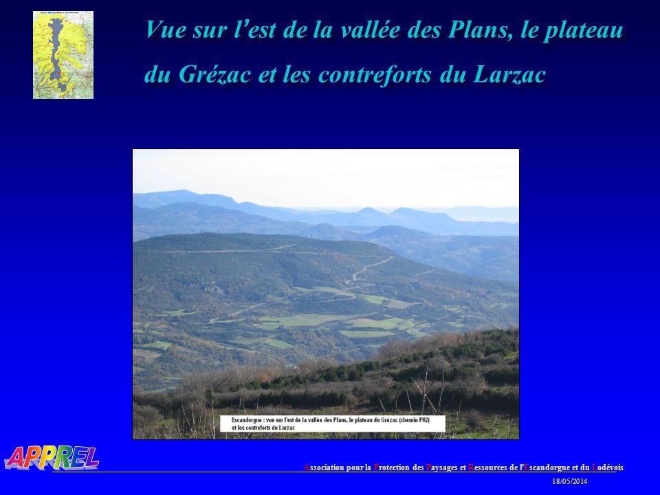 Vue sur l'est de la vallée des Plans, le plateau du Grézac et les contreforts du Larzac