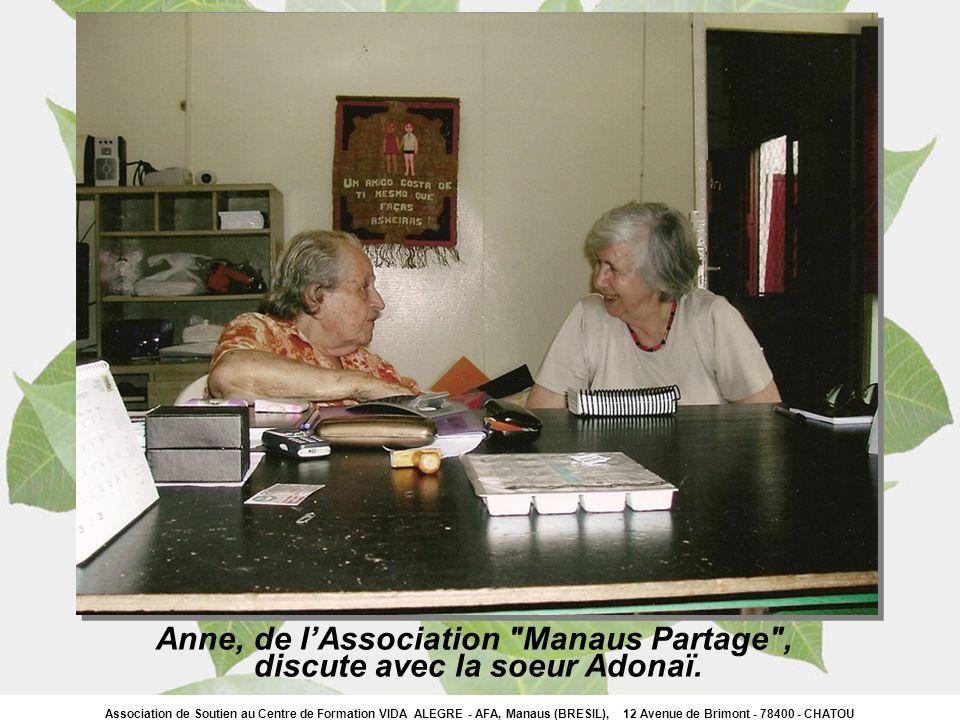 Anne, de l'Association Manaus Partage , discute avec la soeur Adonaï.