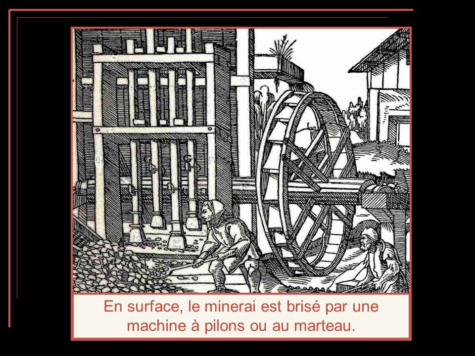 En surface, le minerai est brisé par une machine à pilons ou au marteau.