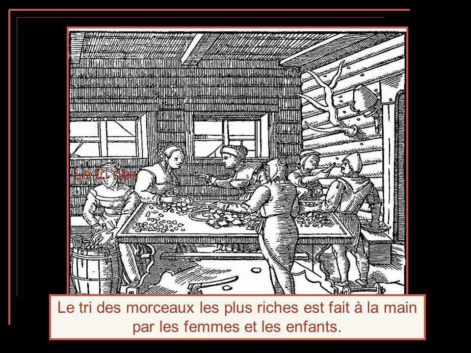 Le tri des Le tri des morceaux les plus riches est fait à la main par les femmes et les enfants.
