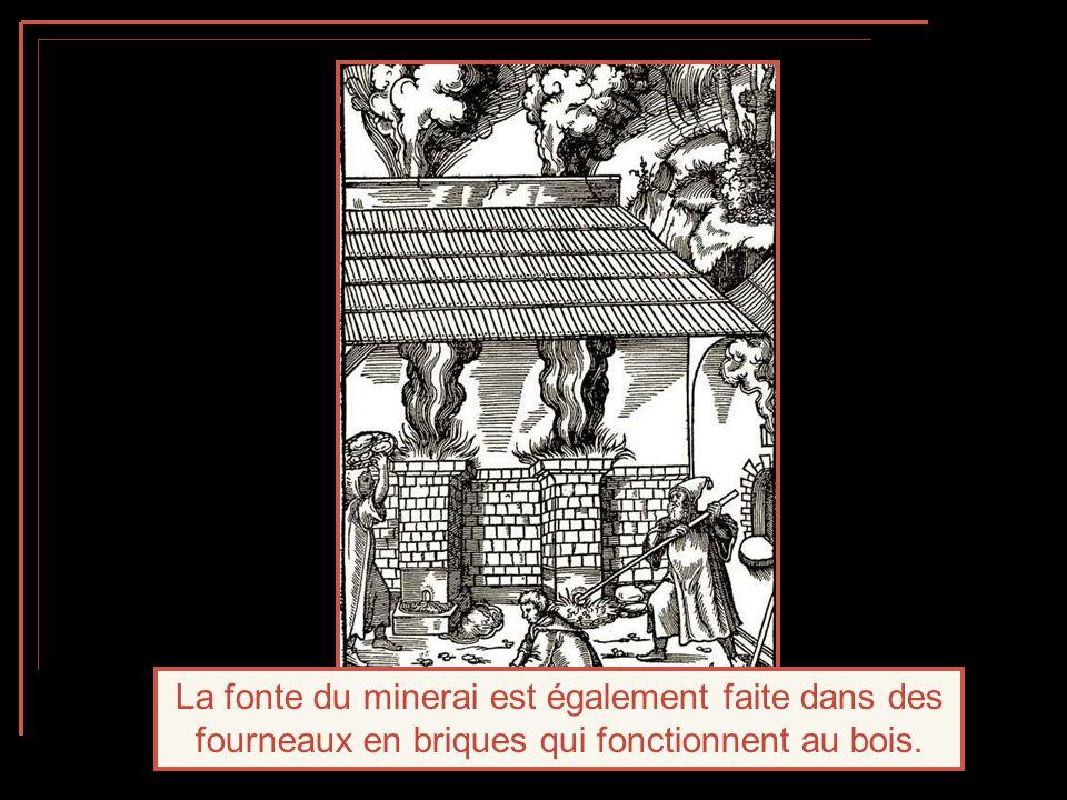La fonte du minerai est également faite dans des fourneaux en briques qui fonctionnent au bois.