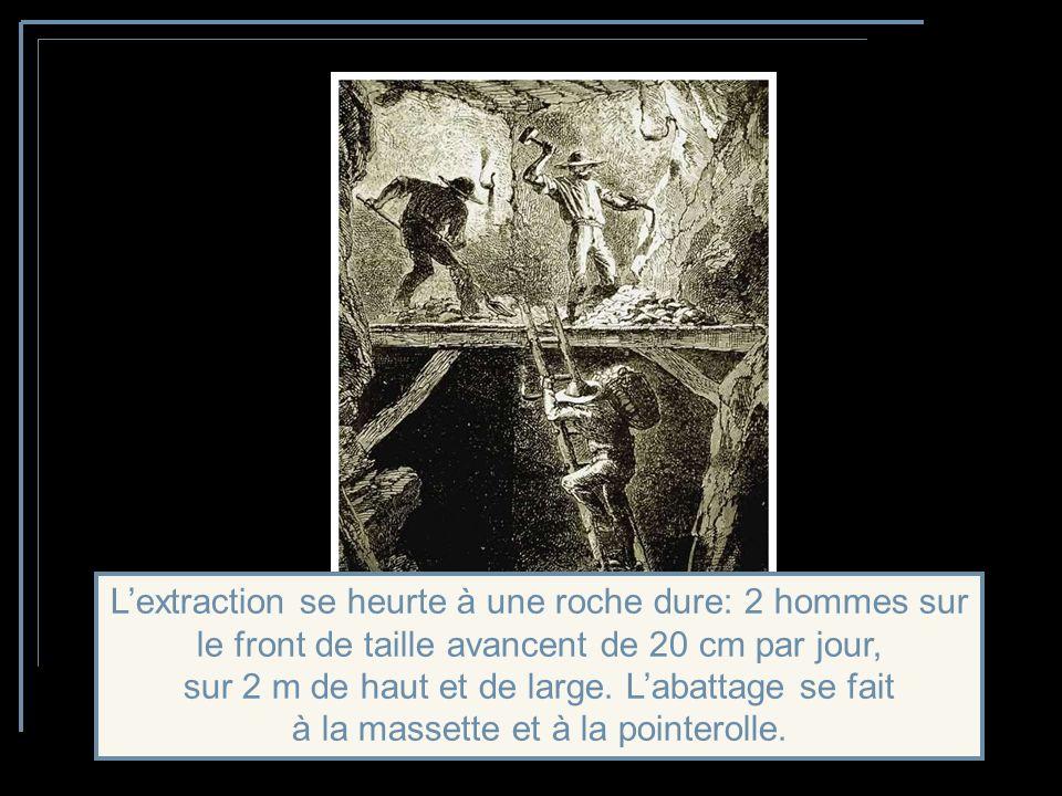 L'extraction se heurte à une roche dure: 2 hommes sur le front de taille avancent de 20 cm par jour, sur 2 m de haut et de large.