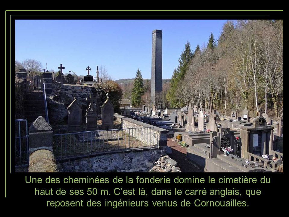 Une des cheminées de la fonderie domine le cimetière du haut de ses 50 m.