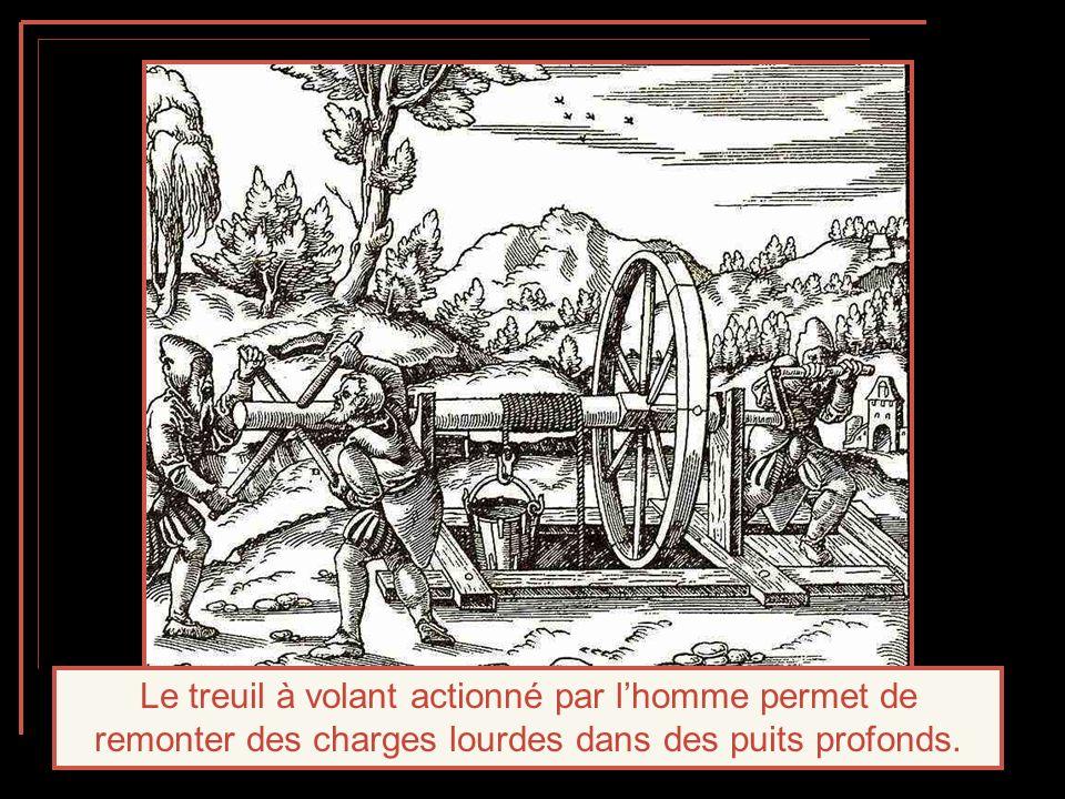 Le treuil à volant actionné par l'homme permet de remonter des charges lourdes dans des puits profonds.