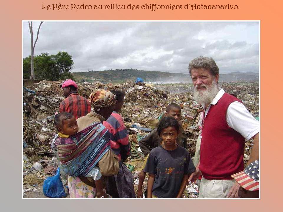 Le Père Pedro au milieu des chiffonniers d'Antananarivo.