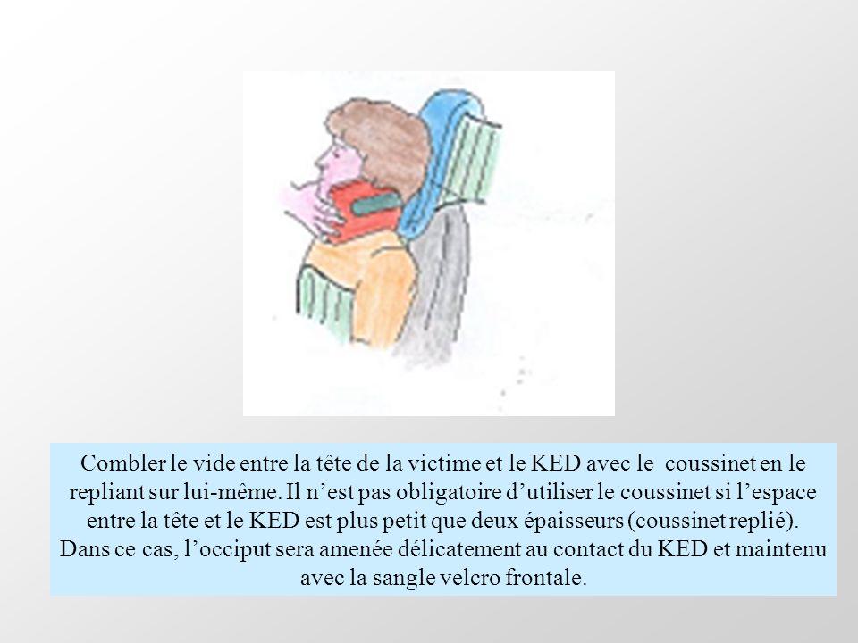 Combler le vide entre la tête de la victime et le KED avec le coussinet en le repliant sur lui-même. Il n'est pas obligatoire d'utiliser le coussinet si l'espace entre la tête et le KED est plus petit que deux épaisseurs (coussinet replié).