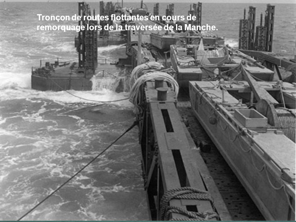 Tronçon de routes flottantes en cours de remorquage lors de la traversée de la Manche.