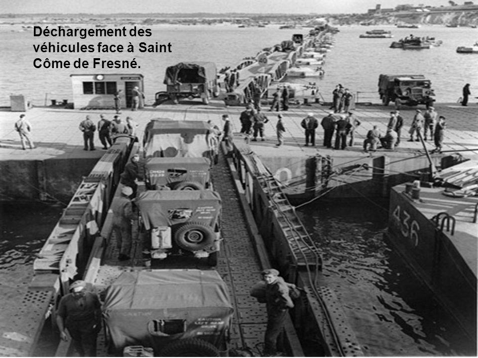 Déchargement des véhicules face à Saint Côme de Fresné.