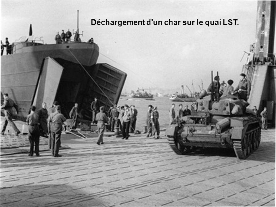 Déchargement d un char sur le quai LST.