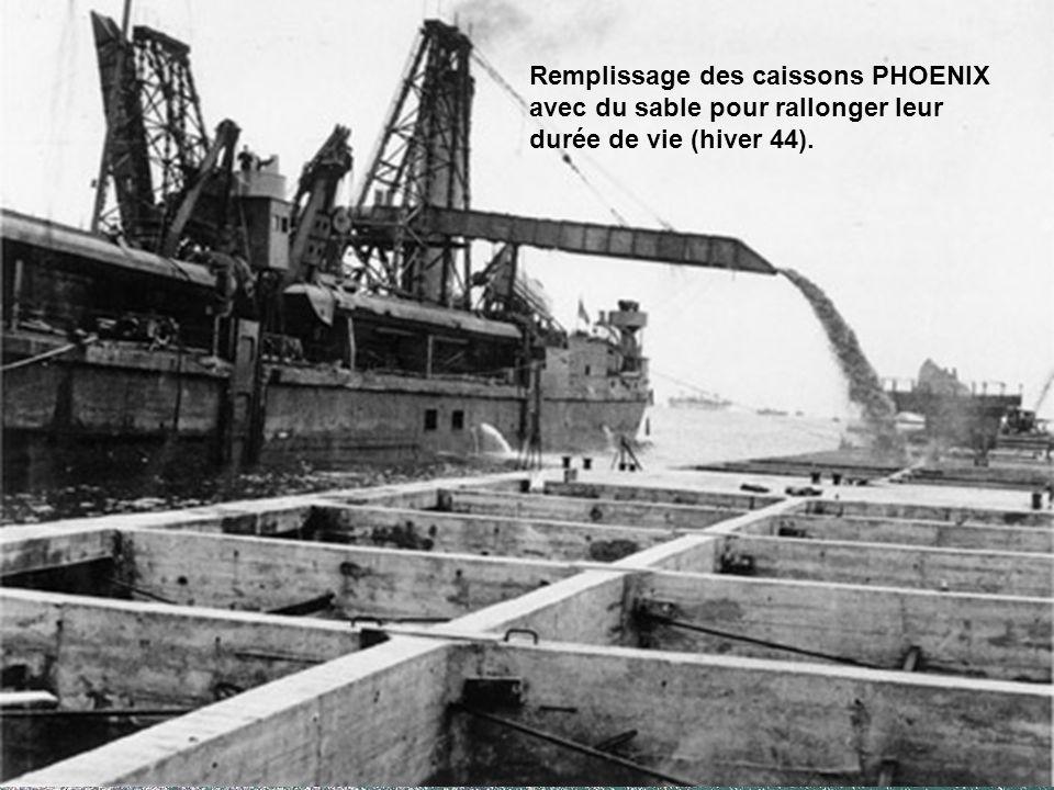 Remplissage des caissons PHOENIX avec du sable pour rallonger leur durée de vie (hiver 44).