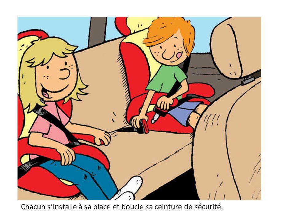 Chacun s'installe à sa place et boucle sa ceinture de sécurité.