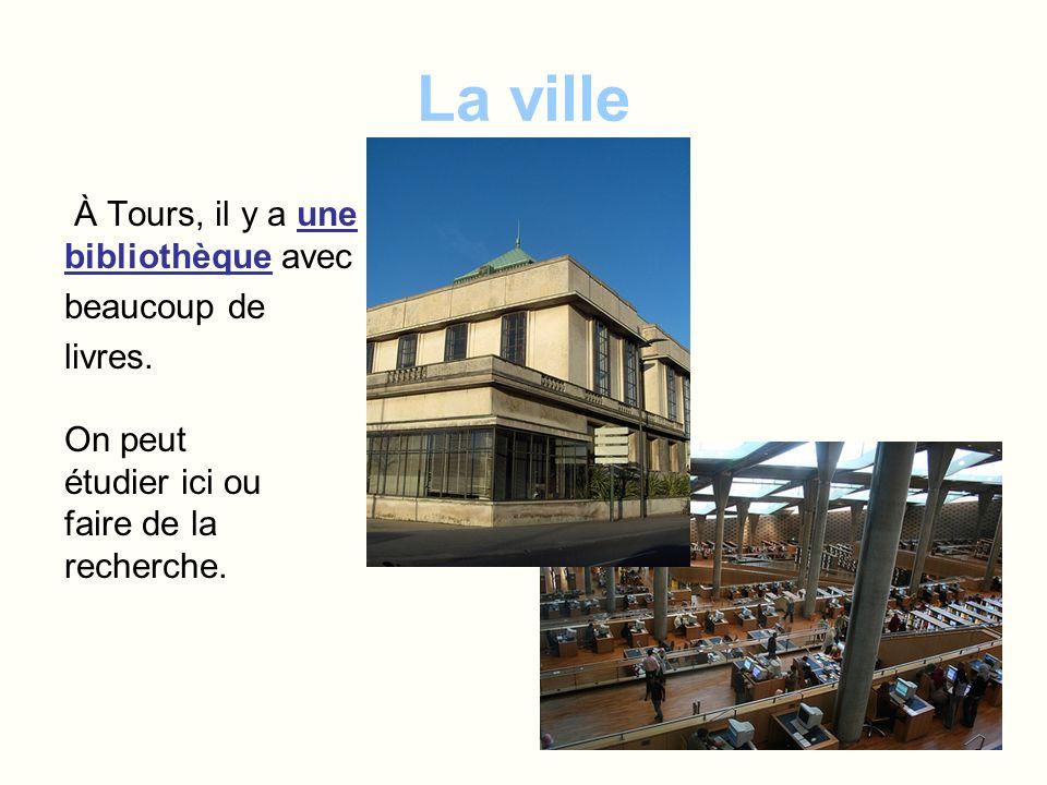 La ville À Tours, il y a une bibliothèque avec beaucoup de