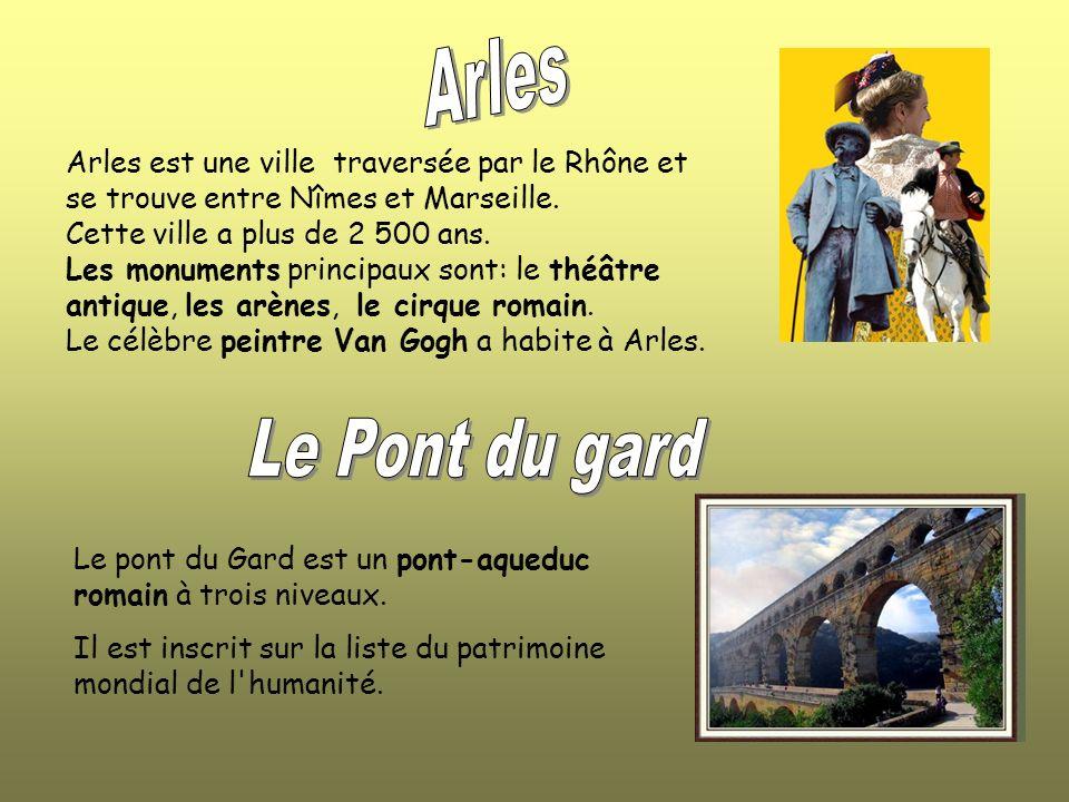 Arles Arles est une ville traversée par le Rhône et se trouve entre Nîmes et Marseille. Cette ville a plus de 2 500 ans.