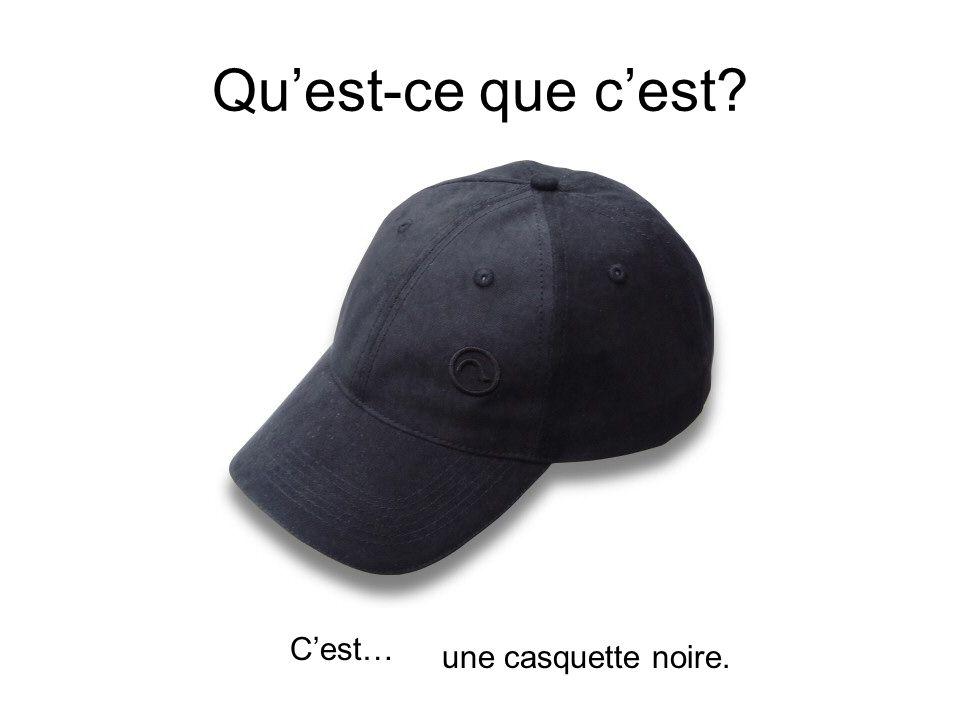 Qu'est-ce que c'est C'est… une casquette noire.