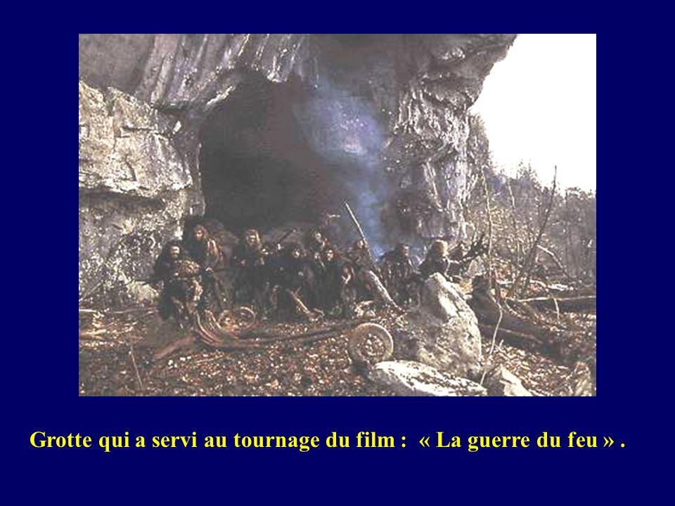 Grotte qui a servi au tournage du film : « La guerre du feu » .