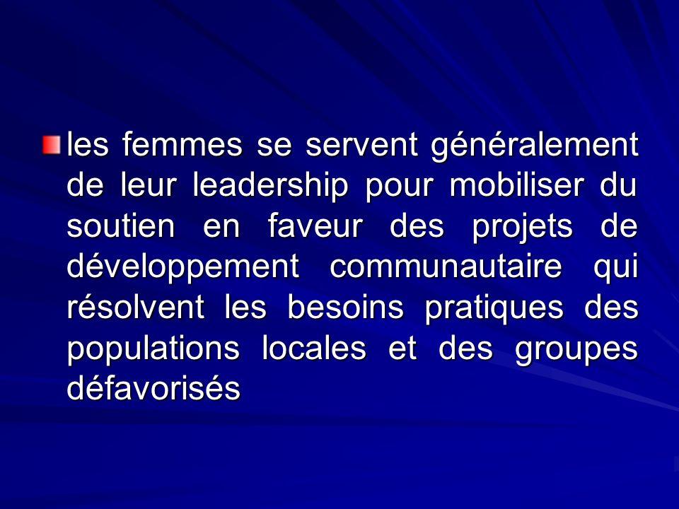 les femmes se servent généralement de leur leadership pour mobiliser du soutien en faveur des projets de développement communautaire qui résolvent les besoins pratiques des populations locales et des groupes défavorisés