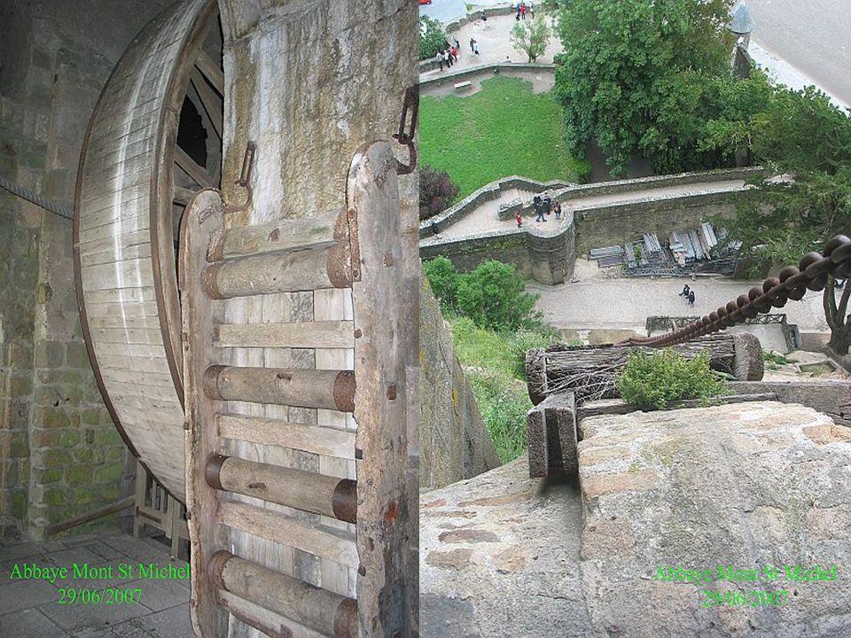 l'ossuaire, édifié en 1060, présente un enchevêtrement de piliers sur voûtes de différentes hauteurs, avec des entresols à certains endroits. Cela laisse à penser que ce lieu faisait partie d'un ensemble plus vaste n'ayant pas subsisté. En 1820, une grande roue monte-charge y fut installée afin d'acheminer la nourriture aux prisonniers de l'abbaye.