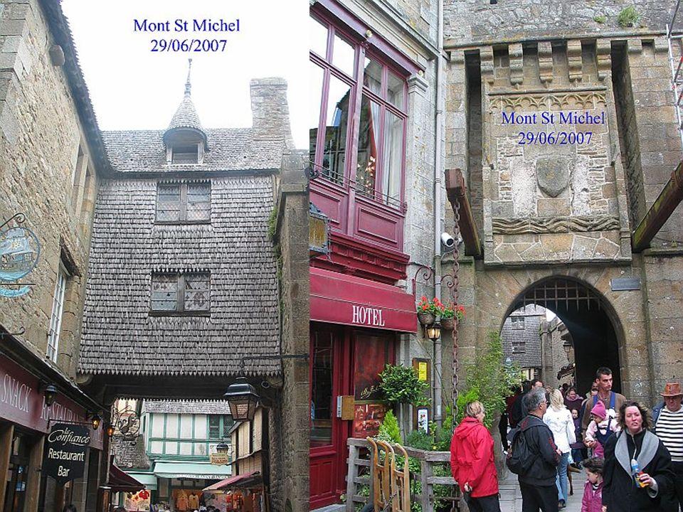 L'entrée dans le mont se fait par la plus ancienne des portes :
