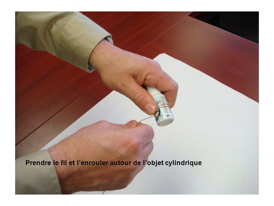 Prendre le fil et l'enrouler autour de l'objet cylindrique