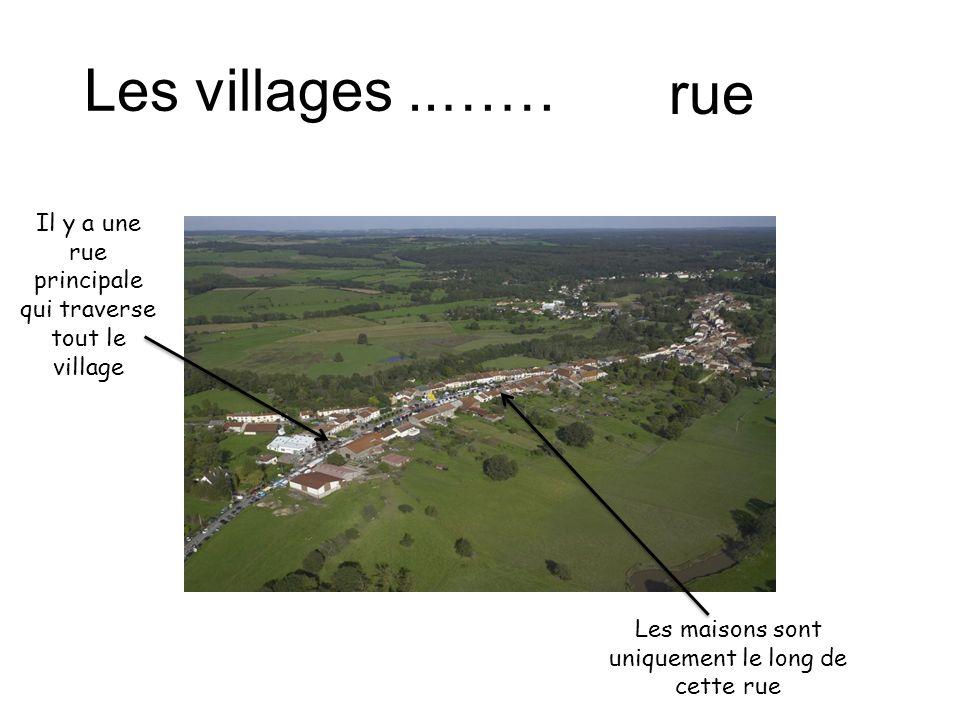 Il y a une rue principale qui traverse tout le village