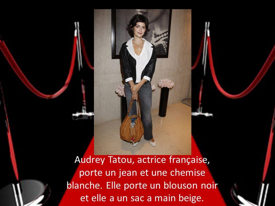 Audrey Tatou, actrice française, porte un jean et une chemise blanche
