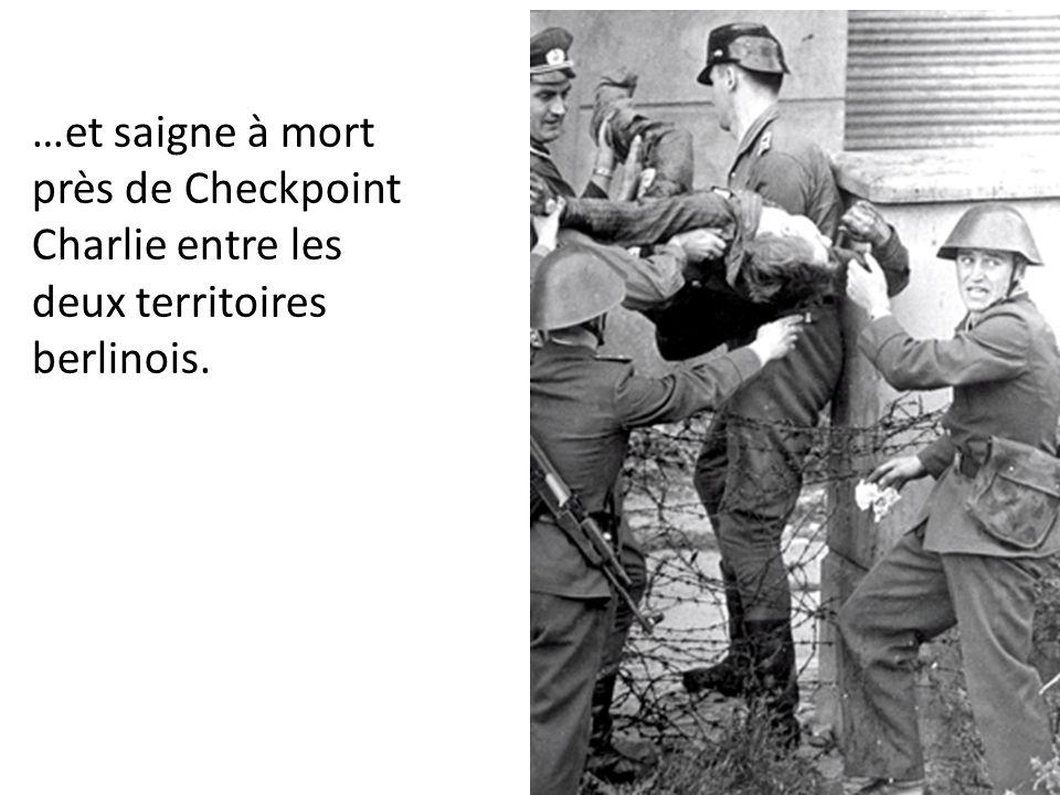 …et saigne à mort près de Checkpoint Charlie entre les deux territoires berlinois.