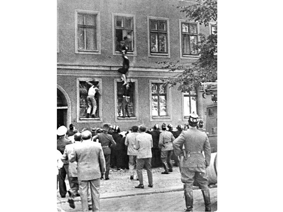 Fuite de Frieda Schulze, 77 ans, par la fenêtre de son appartement au premier étage d'un immeuble frontalier, le 25 septembre 1961.