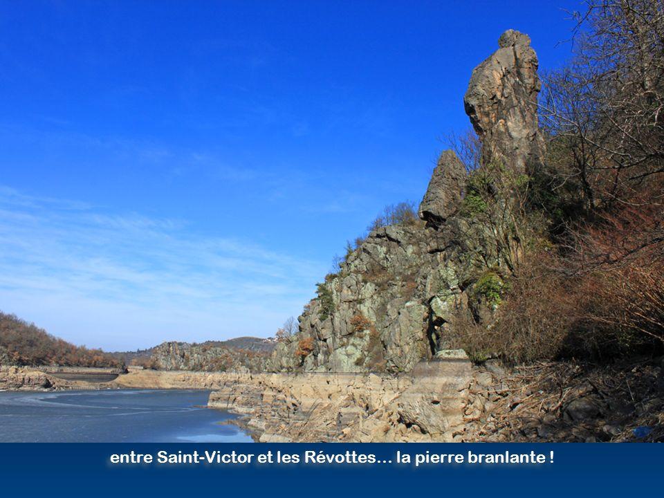 entre Saint-Victor et les Révottes… la pierre branlante !