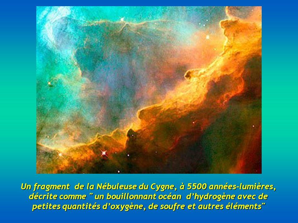 Un fragment de la Nébuleuse du Cygne, à 5500 années-lumières, décrite comme un bouillonnant océan d'hydrogène avec de petites quantités d'oxygène, de soufre et autres éléments