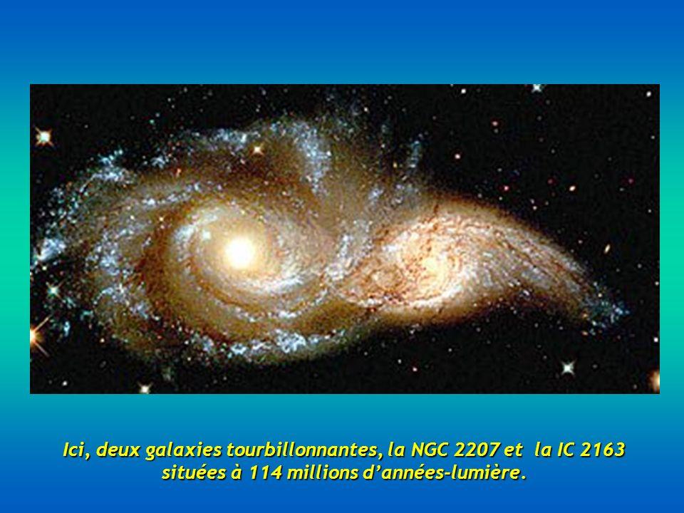 Ici, deux galaxies tourbillonnantes, la NGC 2207 et la IC 2163 situées à 114 millions d'années-lumière.