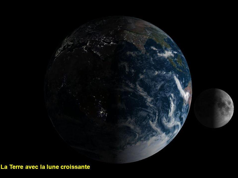 La Terre avec la lune croissante