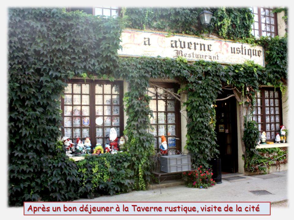 Après un bon déjeuner à la Taverne rustique, visite de la cité
